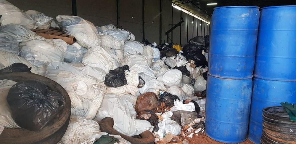 Caminhão que seria usado para transportar lixo hospitalar é encontrado abandonado em posto