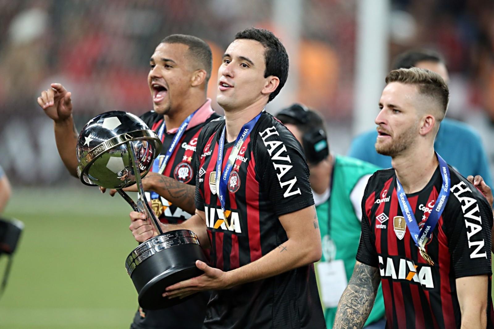 Da estratégia ao sufoco, Atlético-PR se molda ao jogo para ser campeão da Sul-Americana