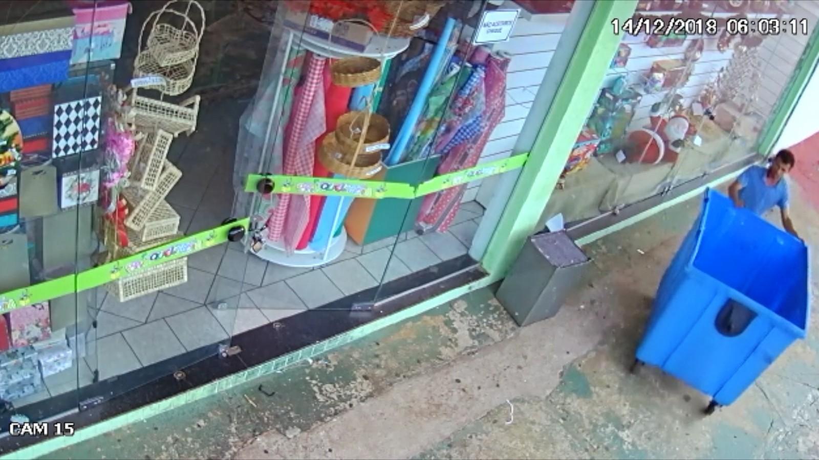 Homem invade loja de brinquedos e foge levando cofre em lixeira