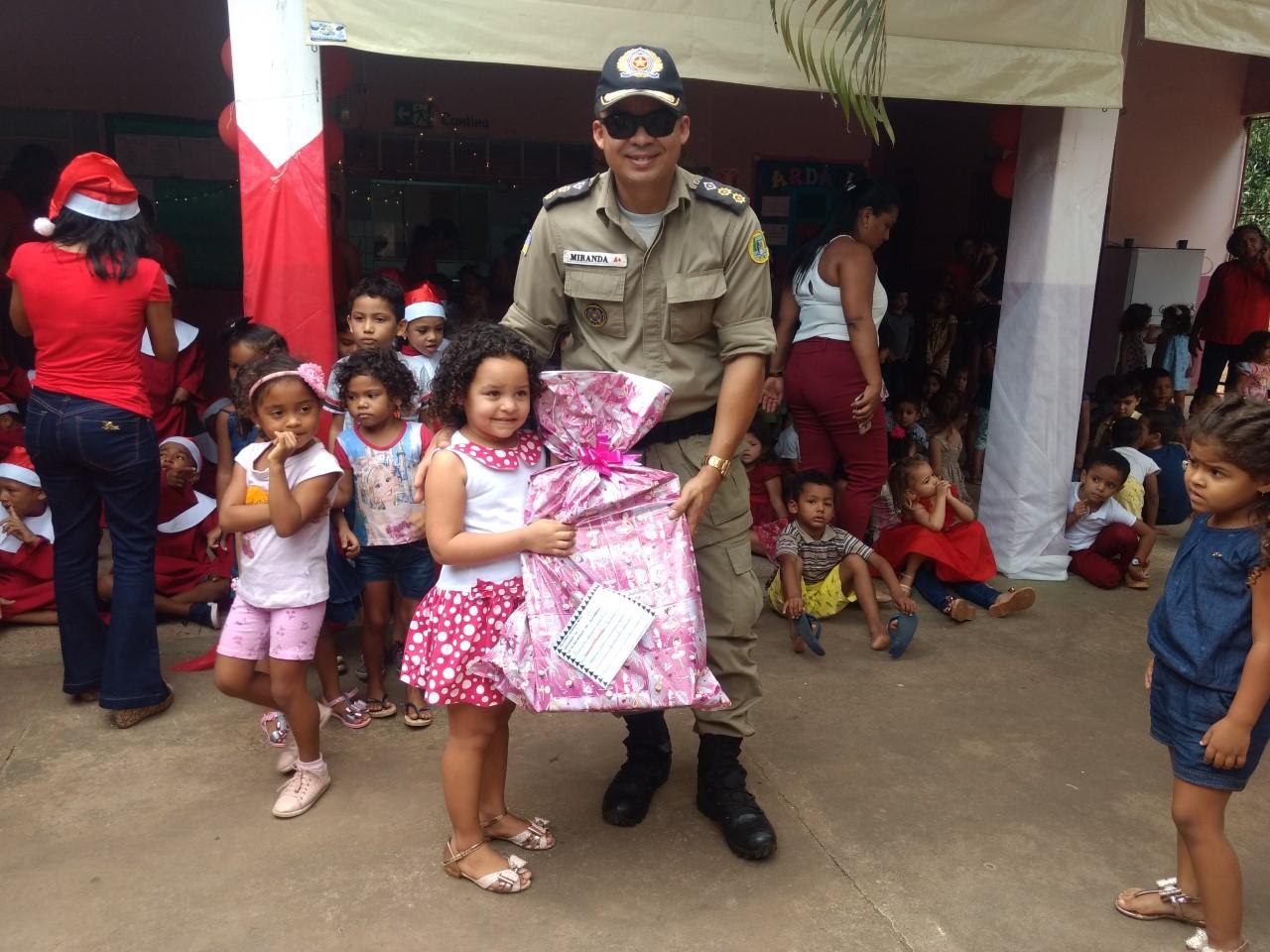 Polícia Militar participa de campanha de natal, adota 160 cartinhas dos Correios e entrega presentes a crianças em Araguaína
