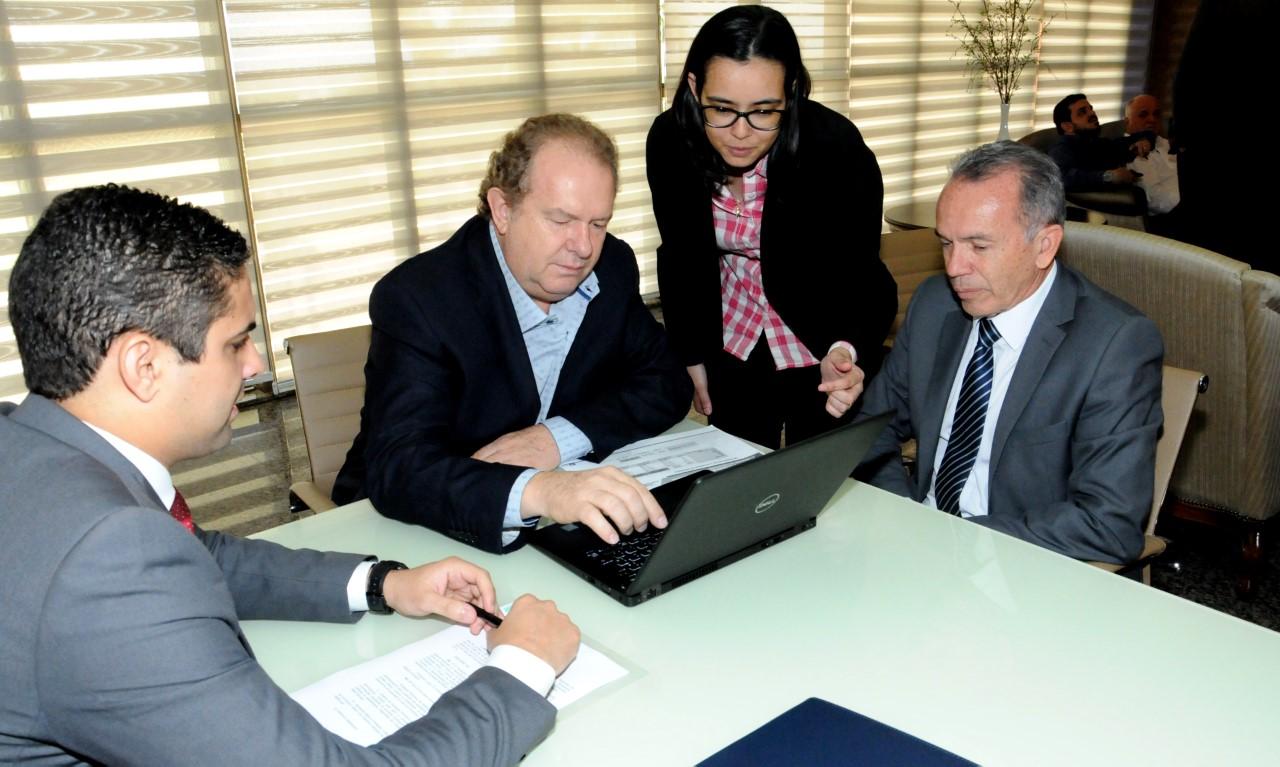 Governador Mauro Carlesse é o primeiro a realizar o recadastramento