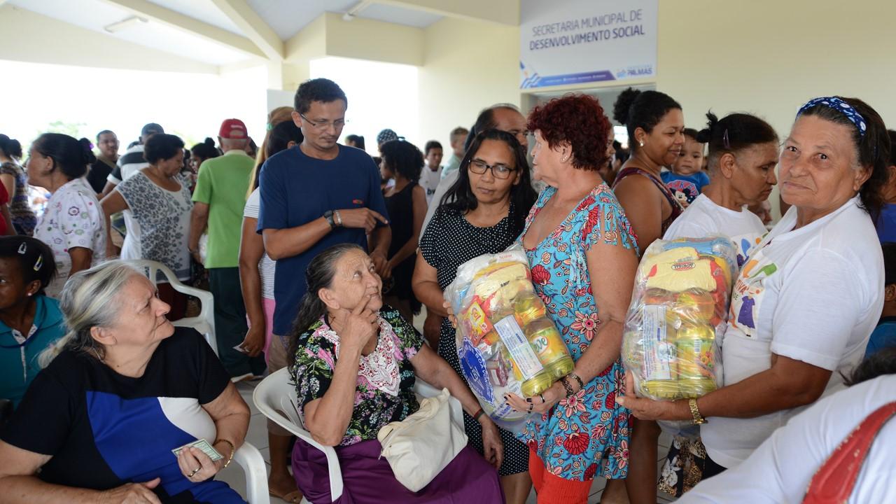 Mais 130 cestas básicas foram entregues no Centro Comunitário do Setor Santo Amaro nesta terça, 11