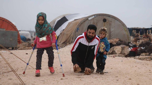 Menina síria que nasceu sem pernas e comoveu o mundo com o pai ganha próteses