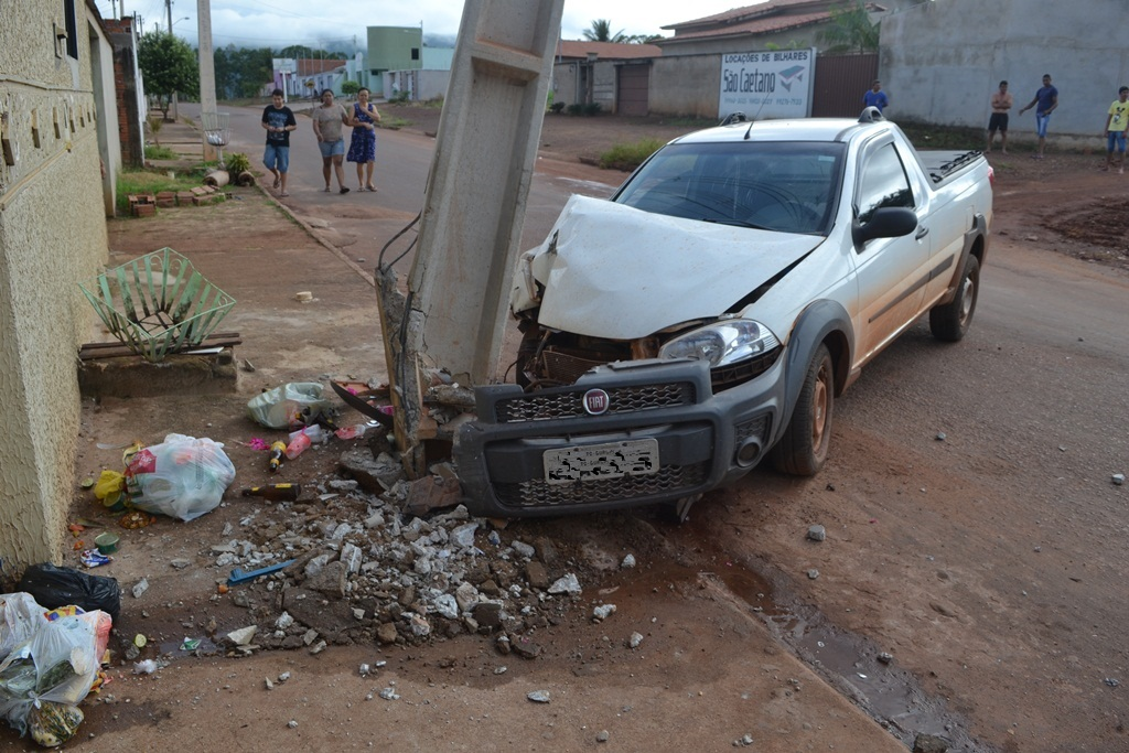 Carro bate em poste de rede de alta tensão na região sul de Paraíso (TO)