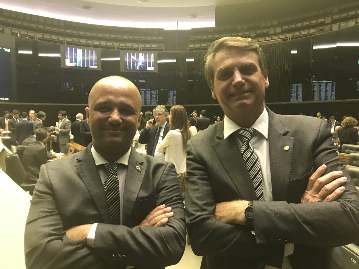 Major Vitor Hugo será o líder do governo na Câmara, confirma Bolsonaro