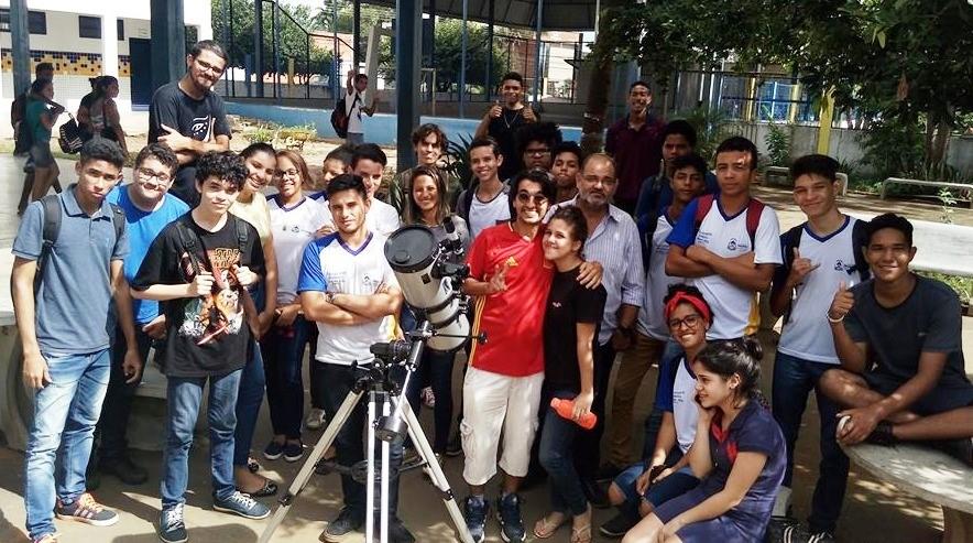 Estudantes da Escola Frederico Pedreira acompanham o eclipse lunar
