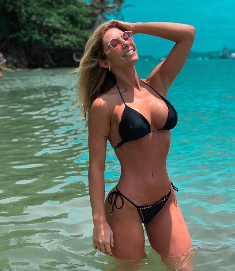 Letícia Daniela exibe boa forma de biquini no verão