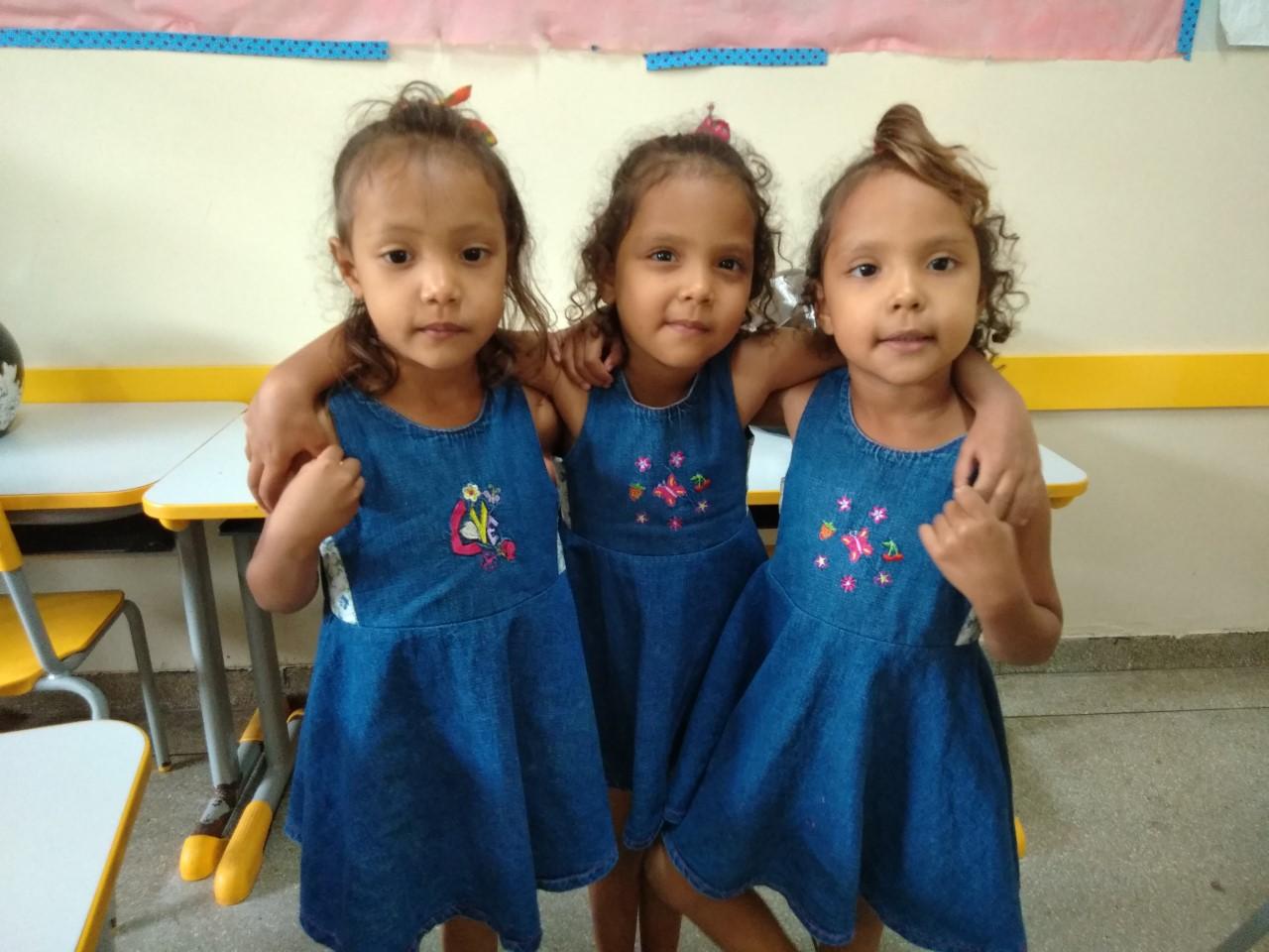 Unidas desde o ventre da mãe, trigêmeas iniciam a vida escolar na mesma sala de aula em Gurupi (TO)