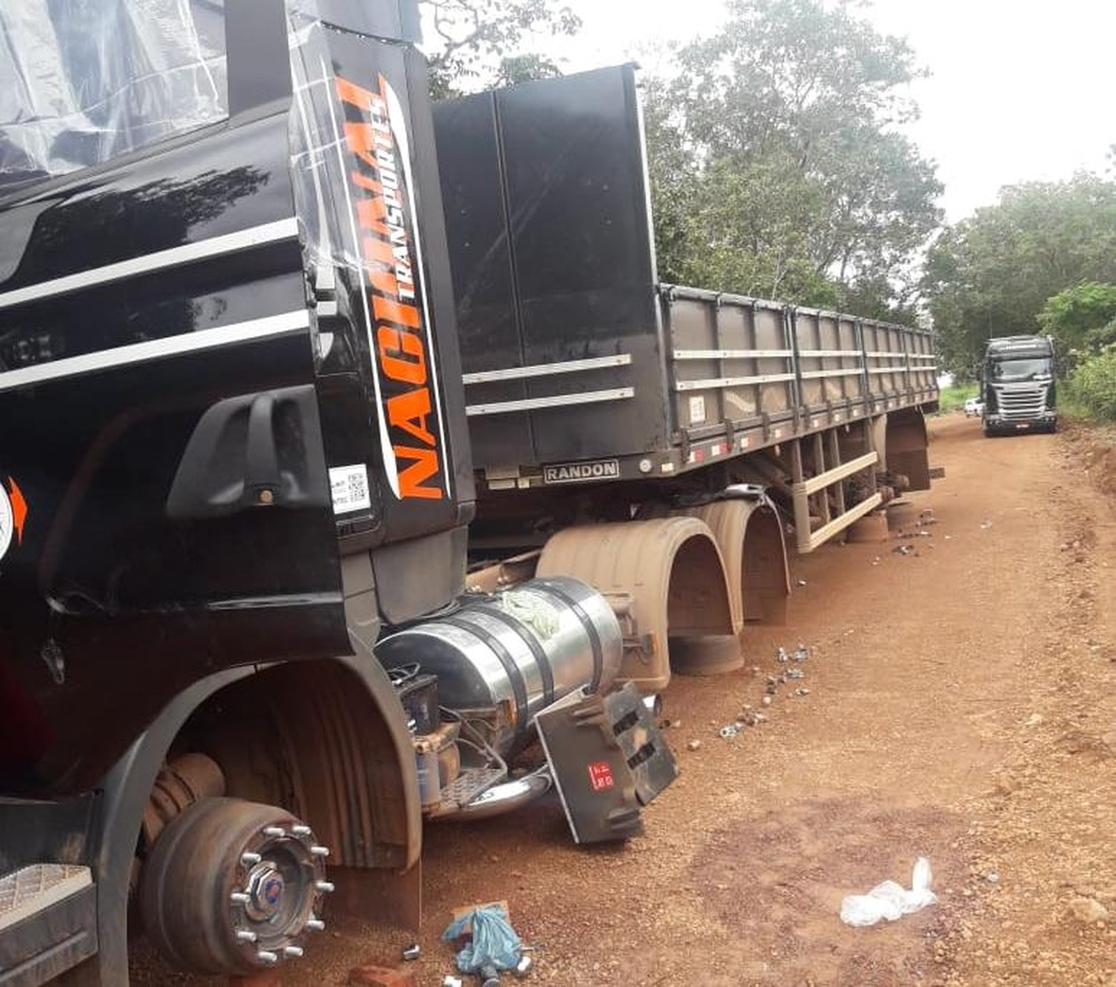 Criminosos amarram caminhoneiro em matagal e roubam 22 pneus de carreta