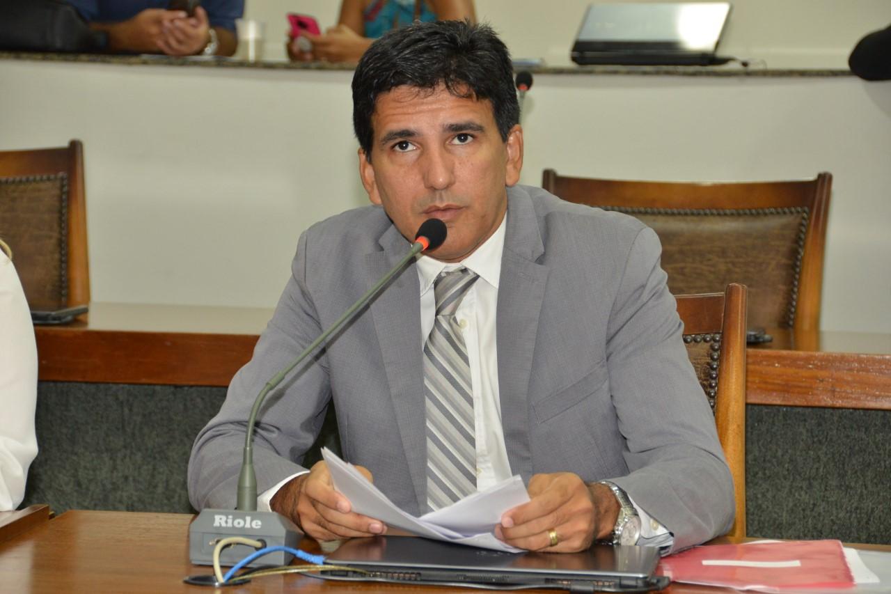 Prof. Júnior Geo cobra adequação da carga horária dos jornalistas no Estado