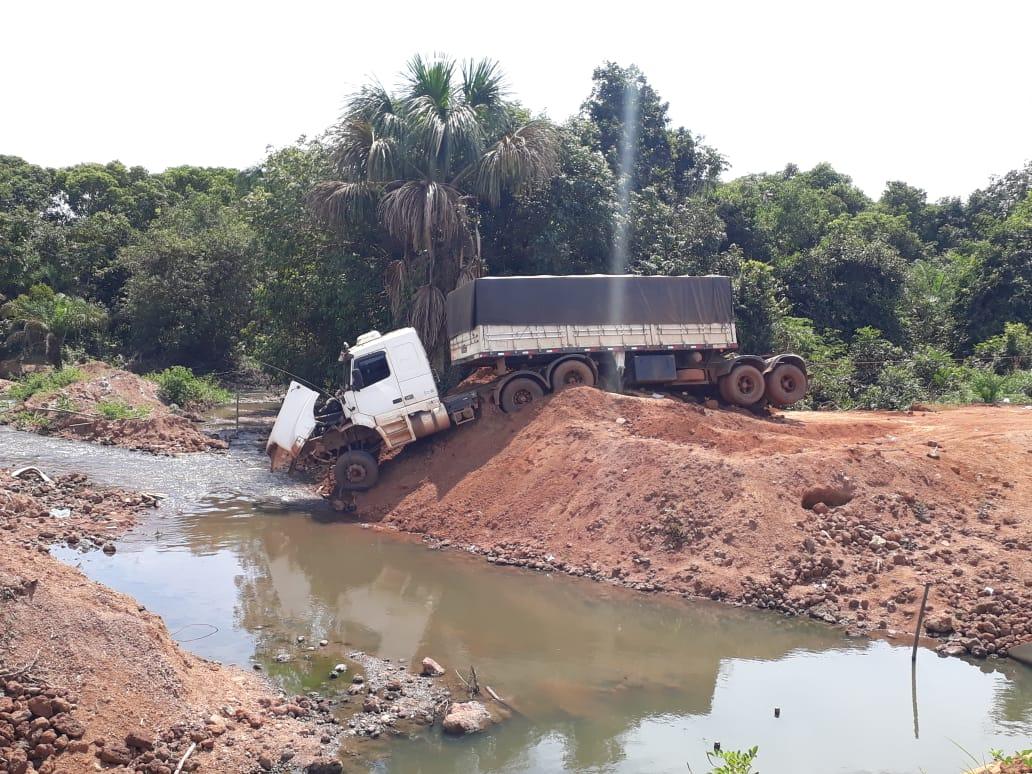 Mesmo após liberação do trânsito sobre a galeria do Ribeirão Boa Esperança, caminhoneiro sofre acidente na TO-080