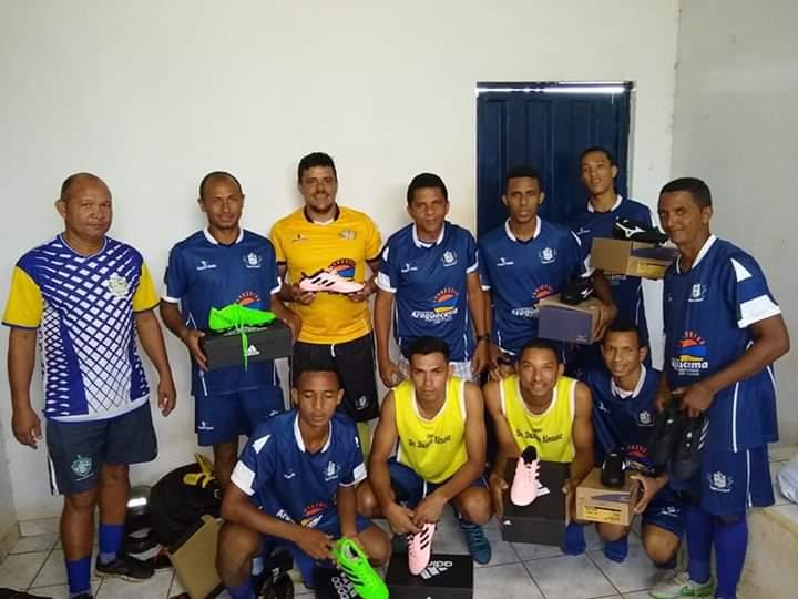 Time de Araguacema recebe materiais da Prefeitura e disponibiliza kits para torcedores