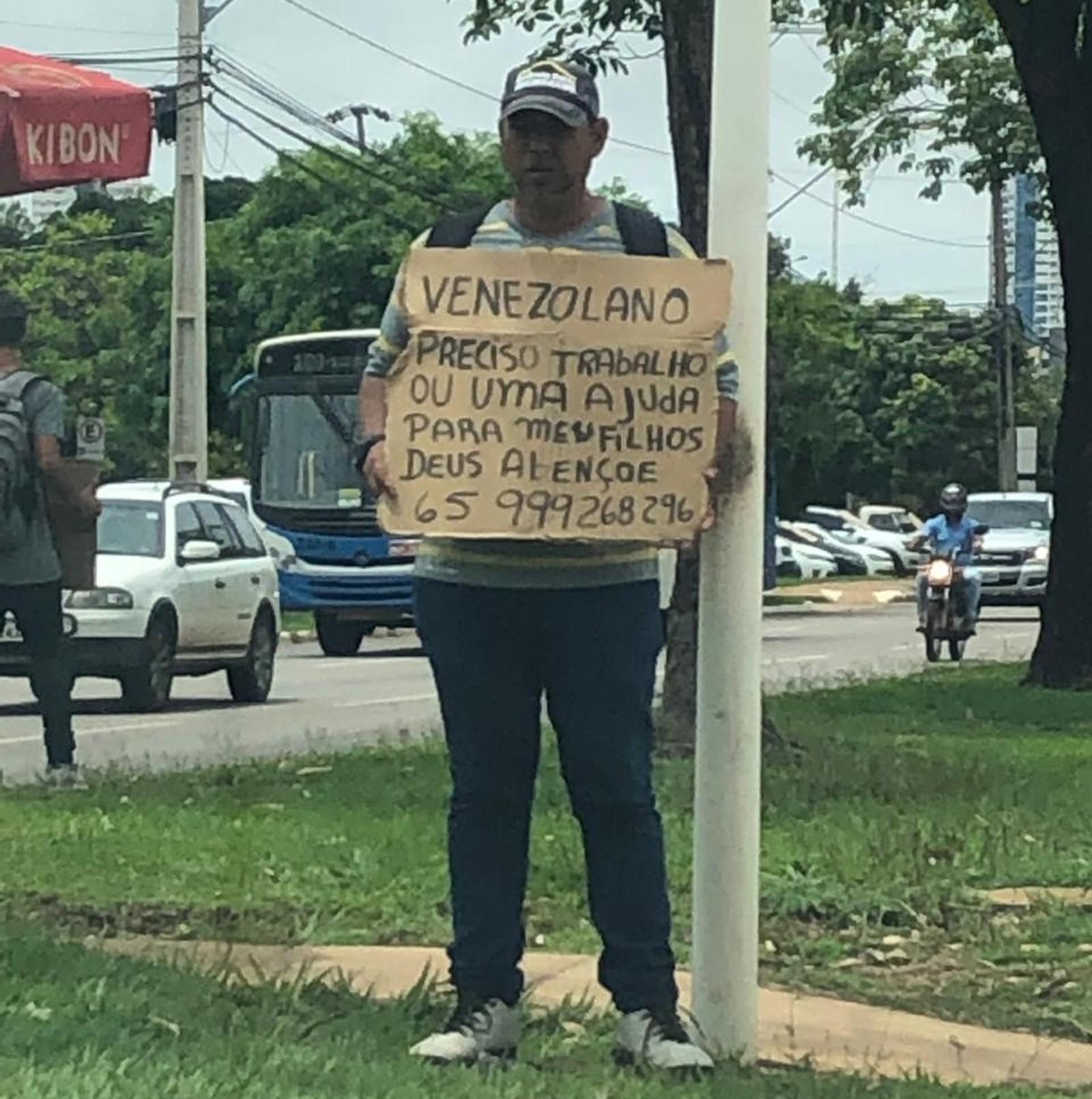 Venezuelanos usam cartazes de papelão em semáforos de Palmas para pedir emprego ou ajuda