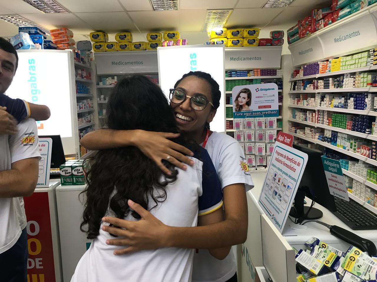 Alunos da Escola Raio de Sol celebram o Dia da Felicidade e distribuem abraços no centro de Paraíso