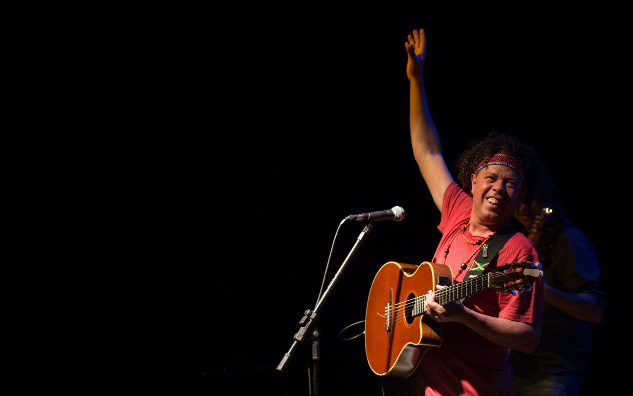 Com 30 anos de carreira, Dentinho Arueira ganha prêmio em Festival de Música