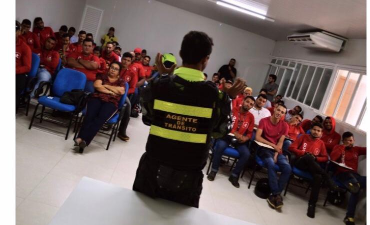 Entregadores do Tonolucro participam de palestra sobre trânsito seguro em Palmas