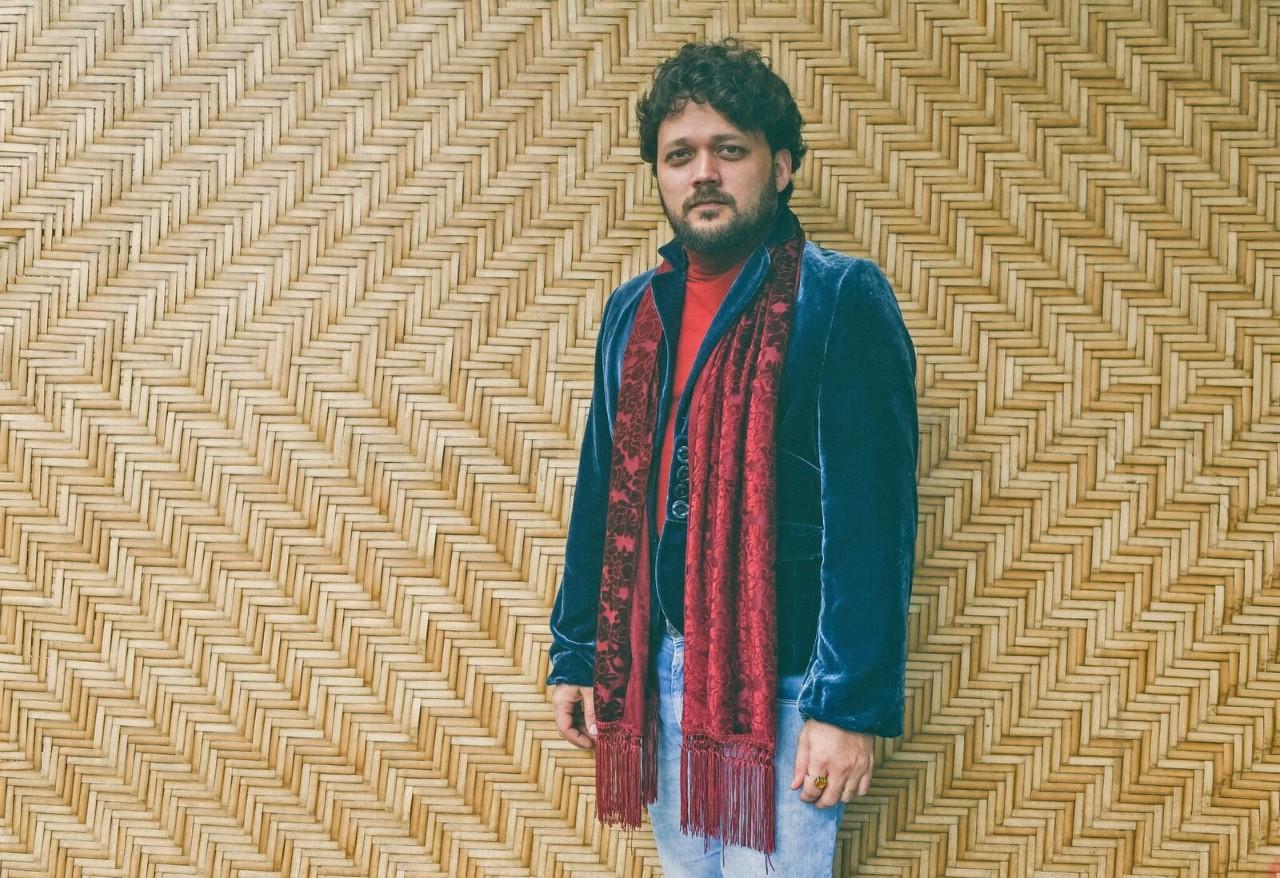 Léo Pinheiro lança 'Tem Alguém Aí' nas plataformas digitais