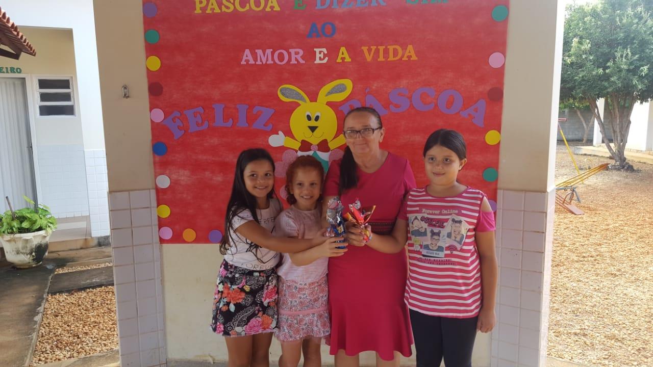 Prefeita de Chapada de Areia participa de comemorações da Páscoa com alunos da Rede Municipal