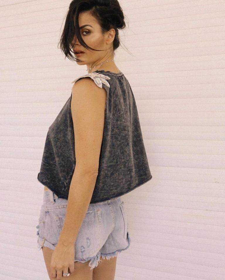 Conheça Mariana Abbott: influencer de moda, lifestyle e viagem que não se prende a padrões