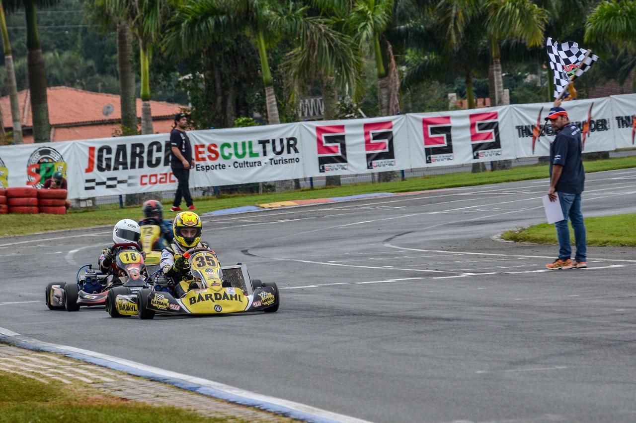 Pedro Aizza disputa a quarta etapa do Metropolitano de Kart de Cascavel (PR)