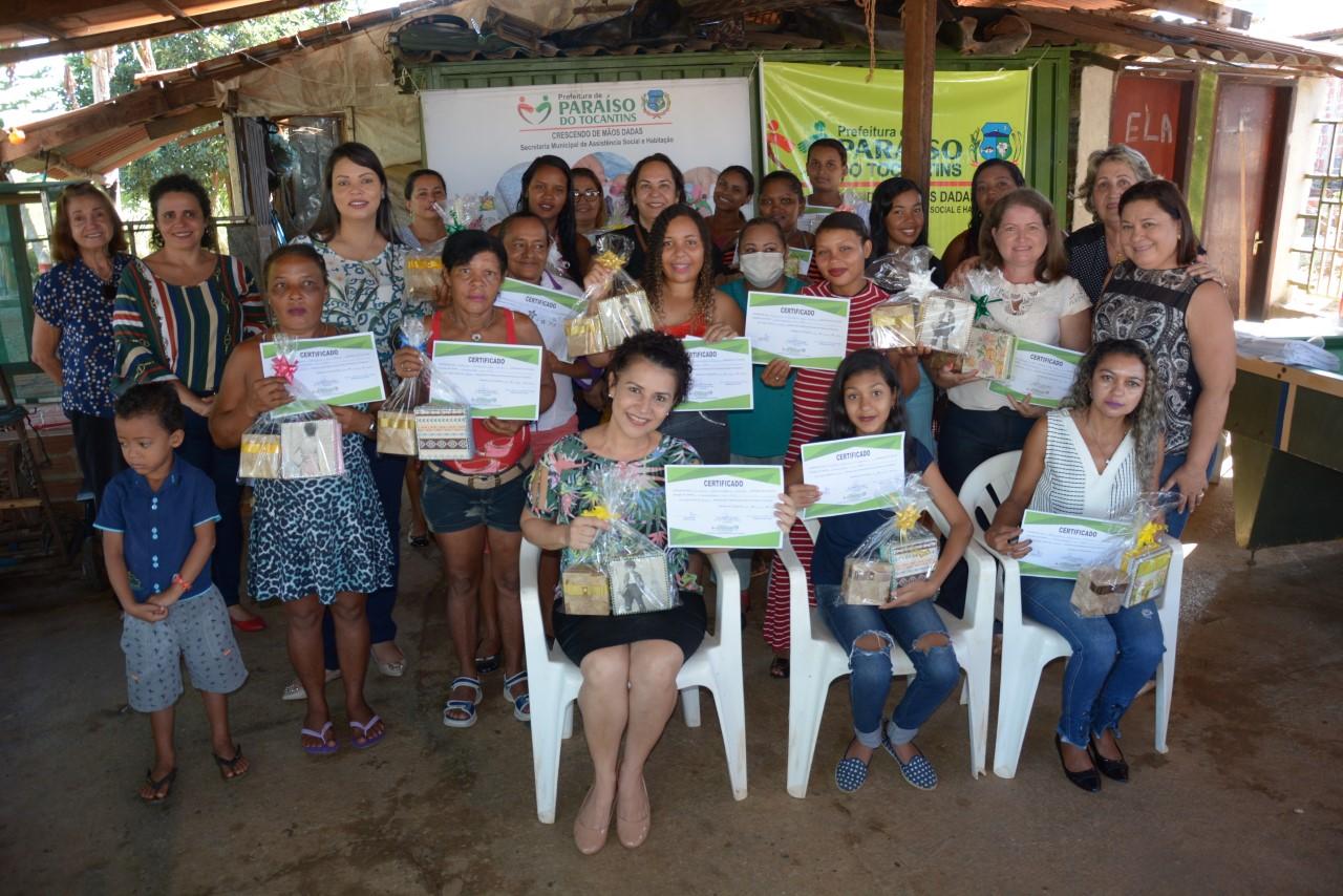 40 mulheres recebem certificados de Cursos de Geração de Renda em Paraíso