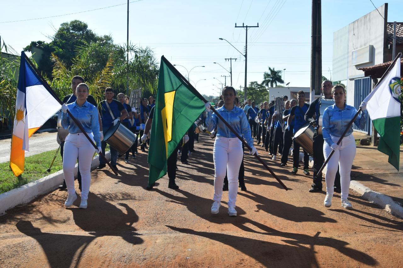 Estudantes participam de desfile cívico no aniversário de 25 anos de Chapada de Areia