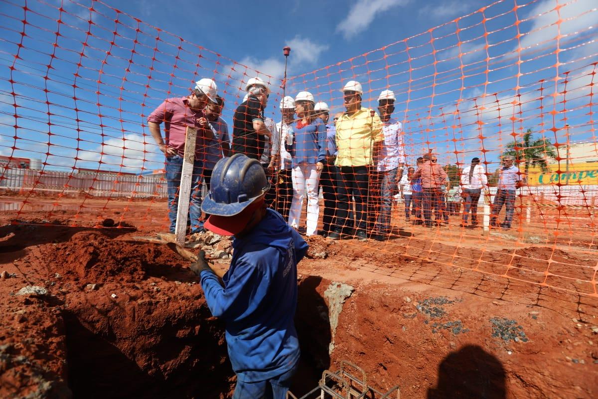 Kátia Abreu visita construção da nova feirinha de Araguaína. Dimas fala em reconhecimento e importância da senadora para o muncípio