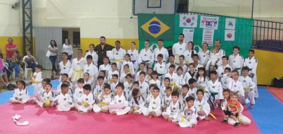 Alunos praticantes de taekwondo da escola Raio de Sol participam de exame para troca de faixa