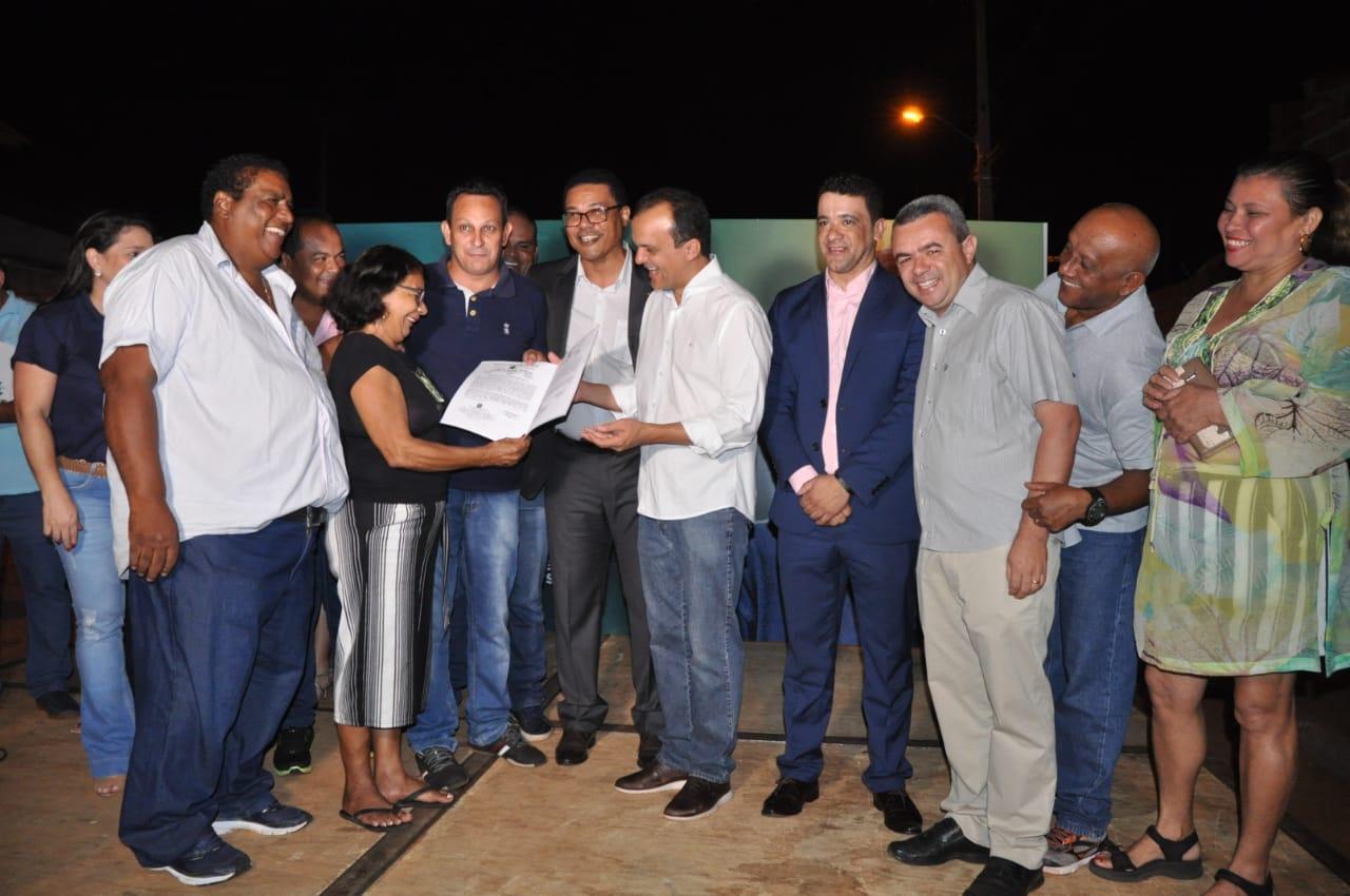 Prefeito Joaquim Maia entrega 191 títulos definitivos de propriedade aos moradores do setor Jardim Querido; os documentos já estão registrados em cartório
