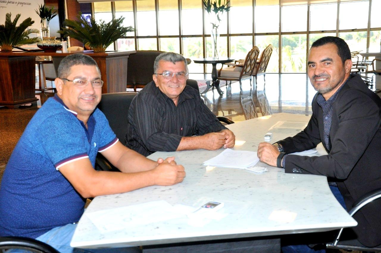 Atento, governador em exercício, Wanderlei Barbosa, ouve lideranças dos municípios e deputados recém-empossados