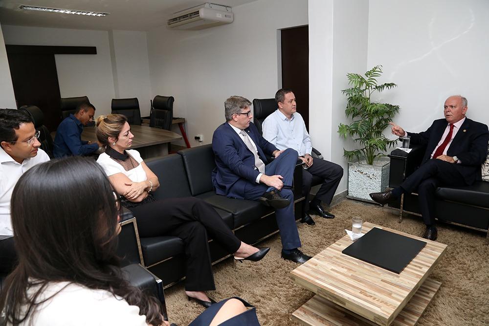 Em visita institucional à Defensoria Pública, presidente do TJTO discute aproximação do sistema de Justiça tocantinense