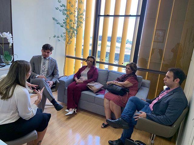 Dulce Miranda recebe colegas de partido em seu gabinete, em Brasília