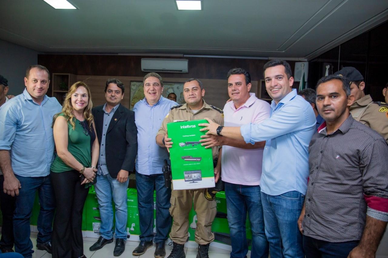 Prefeito Laurez entrega para a PM equipamentos de segurança para implantação do Projeto Olho Vivo