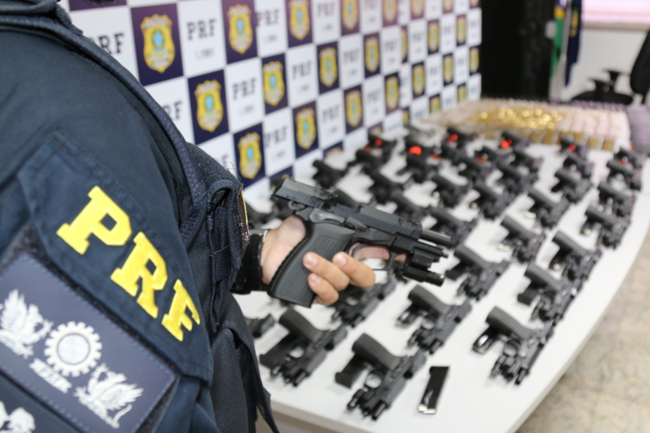 PRF apreende na Rio-Santos carregamento de pistolas e munição