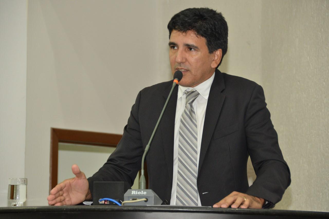 Prof. Júnior Geo cobra pagamento dos caminhões-pipa e medidas para a continuidade do abastecimento de água