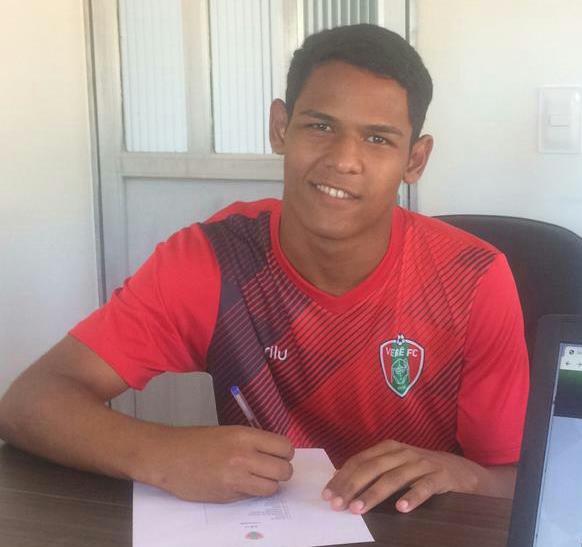 Paraisense Gabriel Viana assina contrato profissional com o Verê Futebol Clube