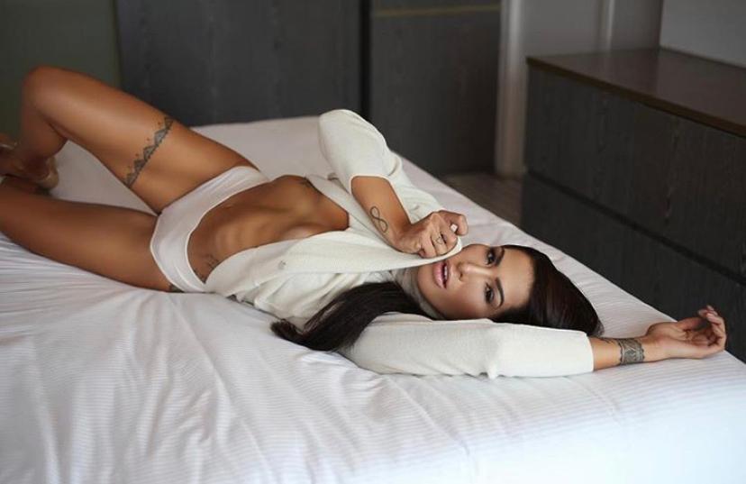 """Poliana Paula revela que sua nudez no Brasil foge de padrões """"Me acham magra demais"""