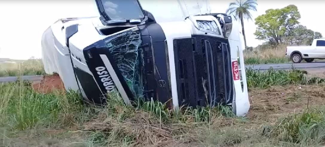 Acidente envolvendo carreta e carro de passeio interdita BR-153 em Barrolândia TO