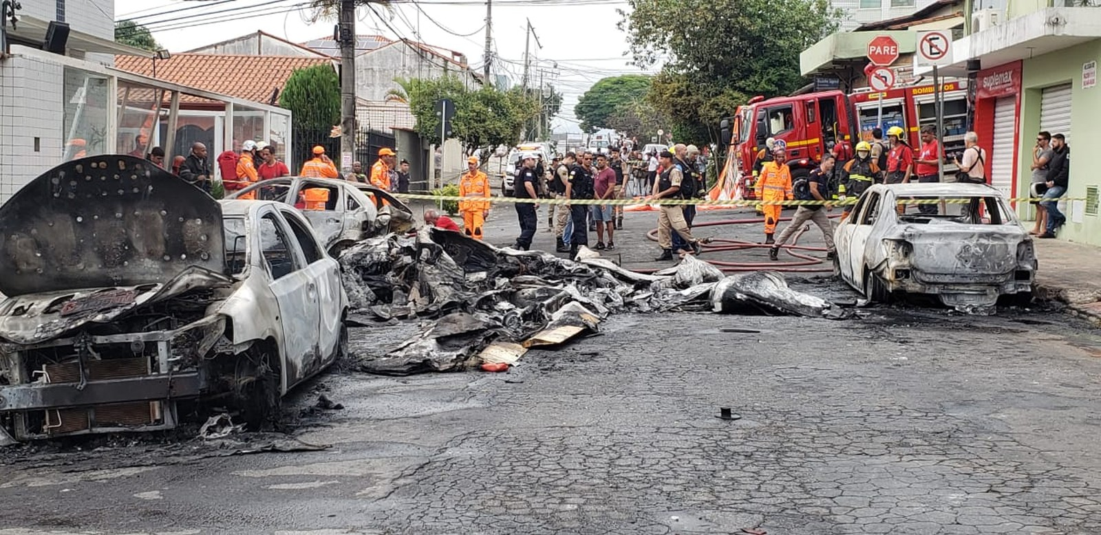 Avião de pequeno porte cai no meio da rua em Belo Horizonte e deixa três mortos
