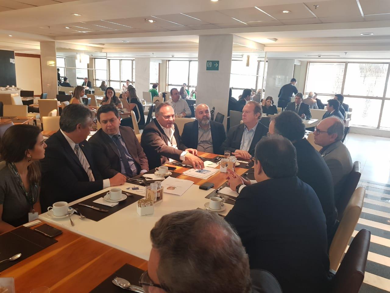 Tiago Dimas reúne governador, governo federal, diretores de companhias aéreas e prefeitos para instalar novos voos no Estado