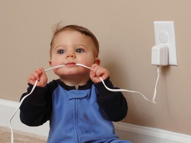 Bebê indiana morre eletrocutada após colocar carregador de celular na boca