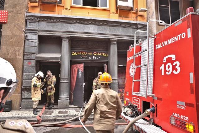 Três bombeiros morrem e um é ferido no combate a incêndio em boate no Rio de Janeiro
