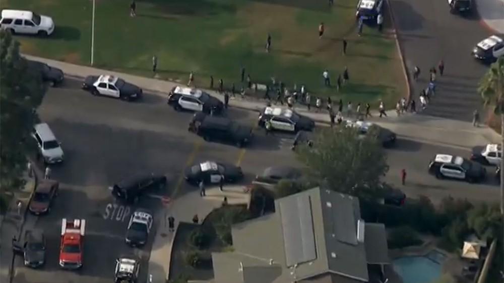 Atirador invade escola e deixa pessoas feridas na Califórnia
