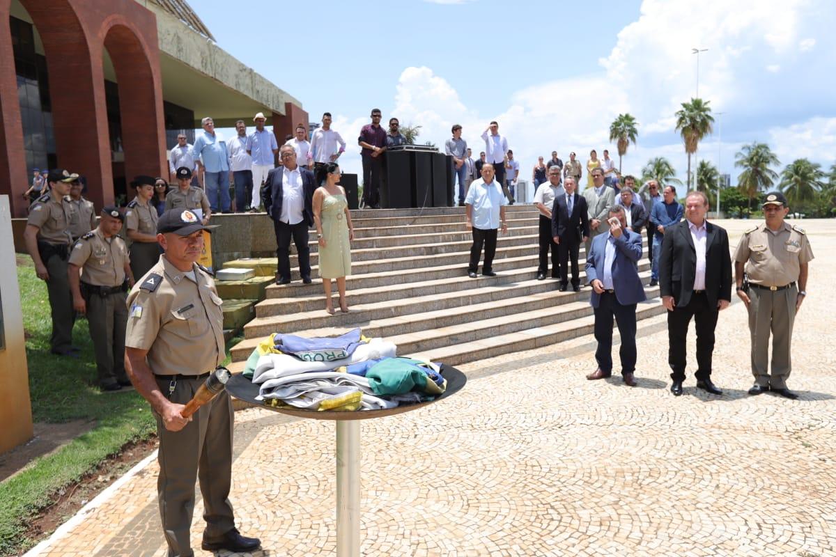 Polícia Militar celebra dia da Bandeira em solenidade na Praça dos Girassóis