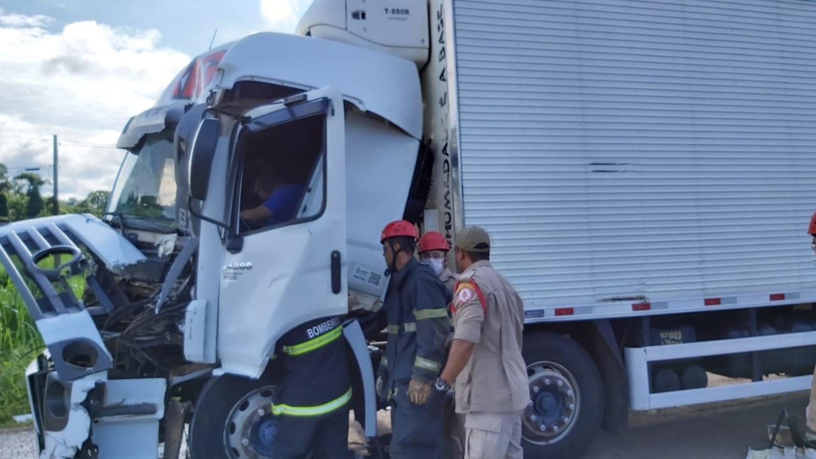 Motorista de caminhão fica preso às ferragens após acidente na BR-153 em Gurupi