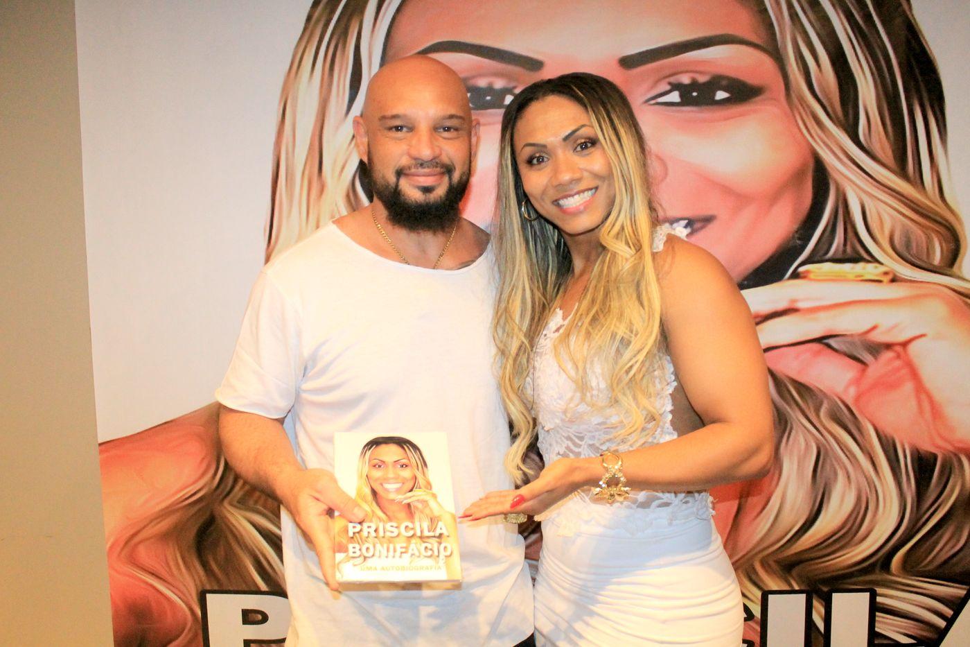 Ex Panicat Tânia Oliveira prestigia lançamento de Biografia de Priscila Bonifácio