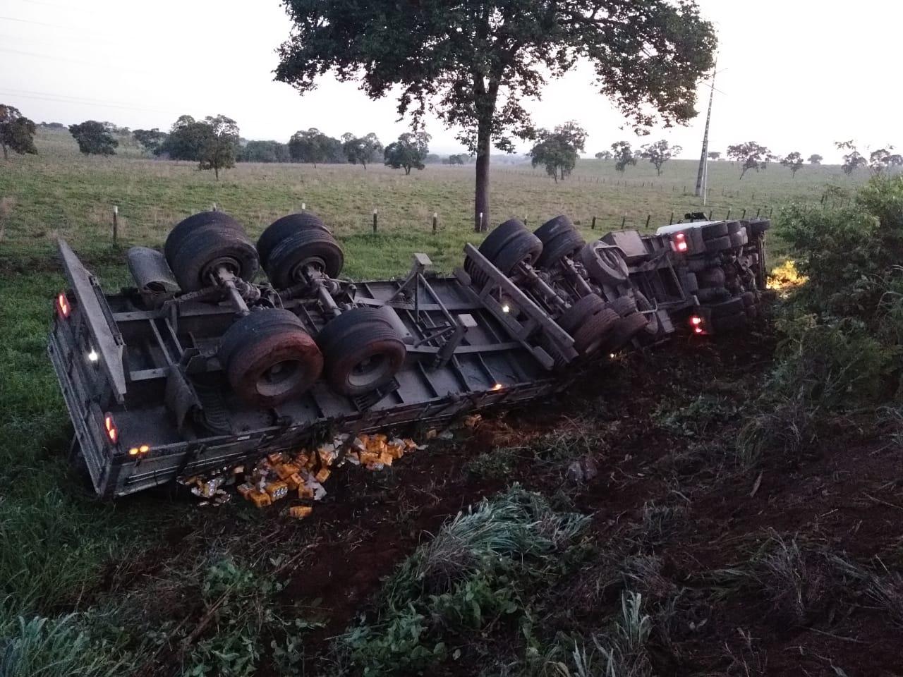 Caminhão carregado de cerveja tomba na TO-080 entre Paraíso e Palmas