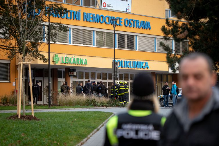 Homem invade hospital e mata seis pessoas na República Tcheca