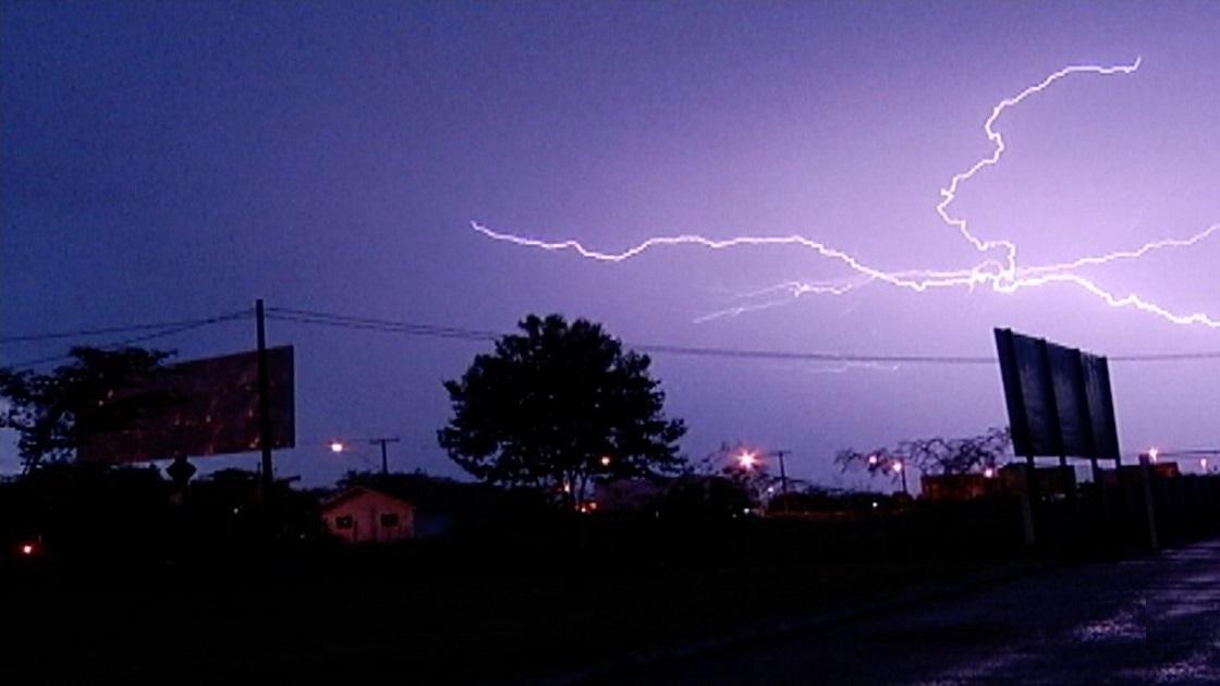 Mais de 17 mil raios são registrados durante temporal na região central do estado