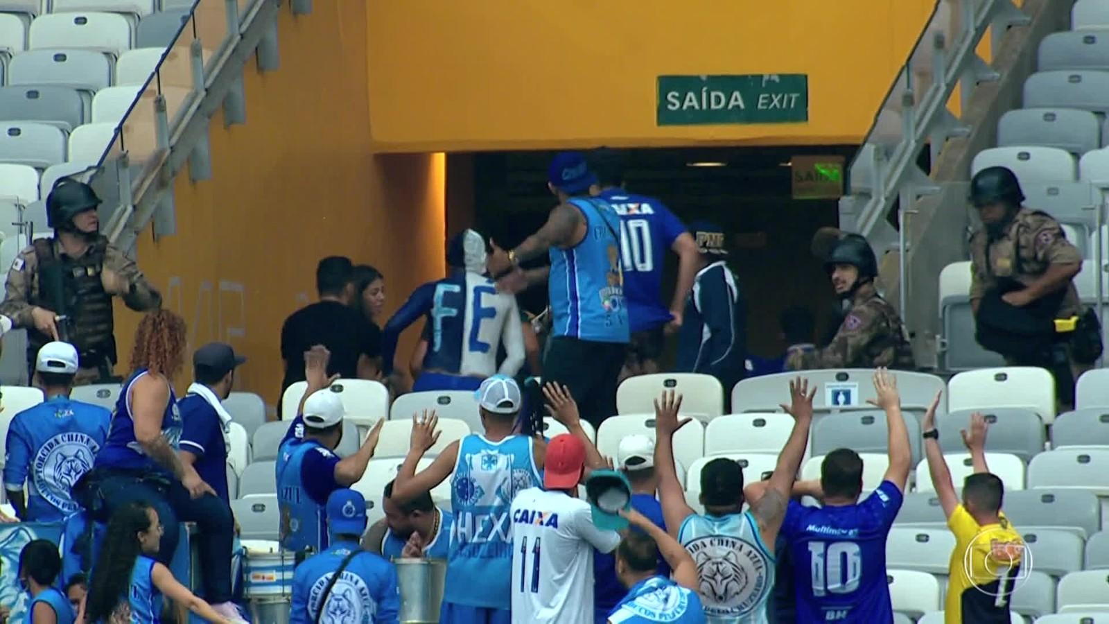 Torcida briga, arranca cadeira, invade campo e polícia usa bomba de gás em partida de Cruzeiro e Palmeiras